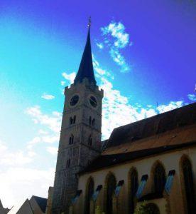 Kirchturm mit Kirchschiff der St. Andreas Kirche
